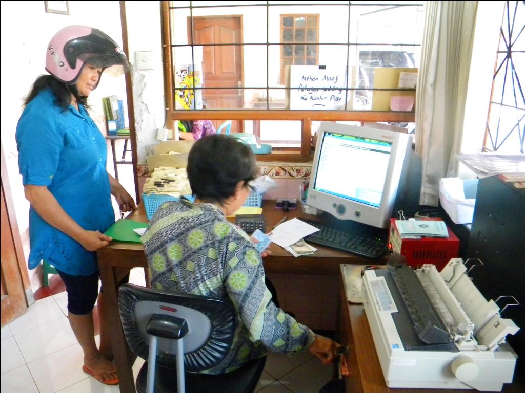 Suasana interaksi yang kekeluargaa antara teller dan anggota saat membayar angsuran pinjaman.
