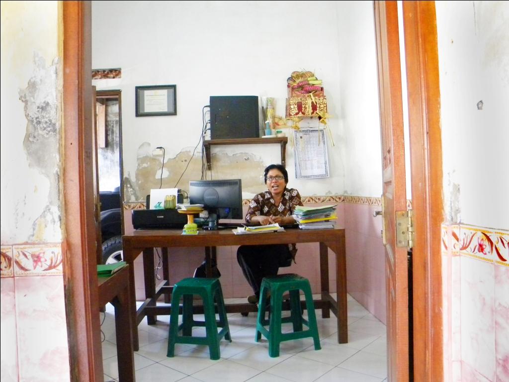 Ibu Lies Siswanti, manajer Kopdit Padang Asri, di meja kerjanya.